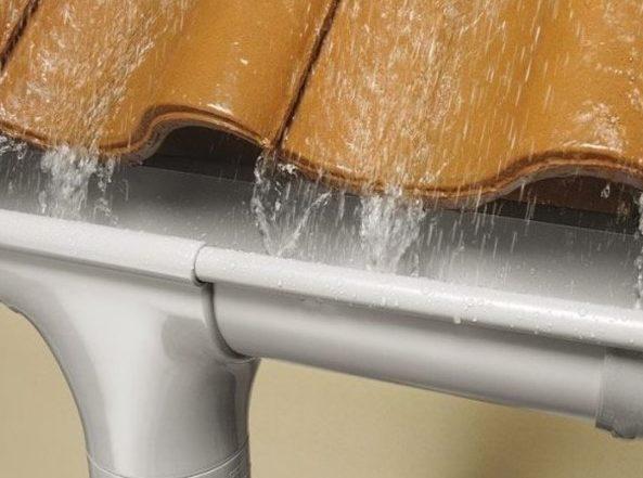 Recogida de agua con cubierta inclinada