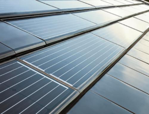Integrar paneles fotovoltaicos en la cubierta inclinada de un edificio supone ahorros de hasta 350 euros  al año por vivienda